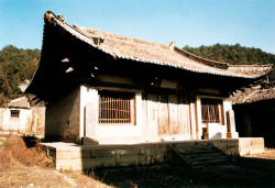 Fig. 6. Kaihuasi Daxiongbaodian. Dated to 1073. Front façade. Photograph by author.