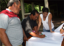 Figure 4. A local group identifying land use changes in Cinquera with a sketch map. (Photo: Luis Omar Abrego, 2009)