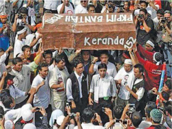 Figure 1. Members of the Persatuan Kebangsaan Pelajar Islam Malaysia [National Association of Islamic Students in Malaysia] holding a coffin sculpture to reference the 1967 Keranda 152 protests at the 2009 Anti-PPSMI demonstration. Source: Wikimedia Commons, , 9 March 2009 [accessed 3 October 2016]. Photographer unknown